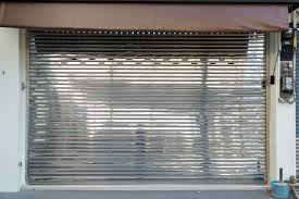 Un rideau métallique bloqué